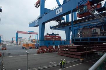 Deckluken unter der Containerbrücke
