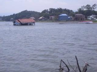 海の中に置き去りにされた家屋