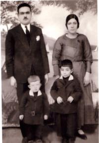 soldan_saga_mustantik_hulusi bey_ esi_pakize_hanim_ogullari_ nadir_ve_nafiz_1935)