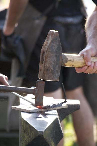 Der Wendelsteiner Bürgermeister schmiedet einen Nagel für den Nagelbaum (5)