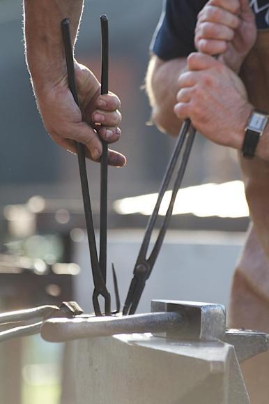 Der Wendelsteiner Bürgermeister schmiedet einen Nagel für den Nagelbaum (6)