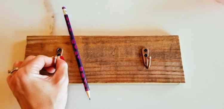 How to Make a Pallet Mug Rack in 3 Easy Steps