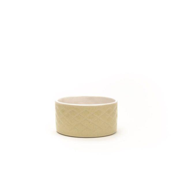 Lille champagnefarvet skål i stentøj til oliven,, marmelade eller sødt i hånddrejet og -præget stentøj fra Hampen Keramik
