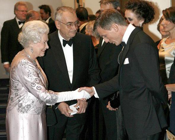 The-Queen-Daniel-Craig-James-Bond-254500-1