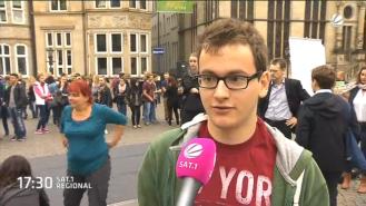 Tim Kuhlenbrecht vor dem Sat.1-Mikrofon.