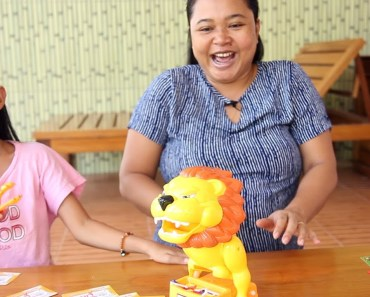 Unboxing Mainan Anak Beware of the Lion Game - Family Fun Game - Funny Challenge - unboxing mainan anak beware of the lion game family fun game funny challenge