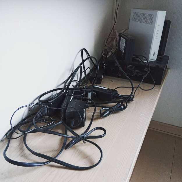何年か振りに『うちのサーバ室』の掃除。ACアダプターが5個も(近日もう1つ増えます)転がっていたのでテプラで名前を貼ったよ。以前 工事の兄ちゃんが ONUとHGWの電源を間違えて 電話の着信があるとHGWがリブートする事件があったので慎重にね。