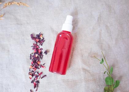 Comment réaliser une eau d'hibiscus pour prendre soin de sa peau ?