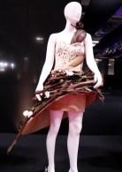 チョコレートで装飾した衣装のファッションショーが