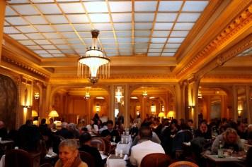 Angelina PARISはカフェがメインのお店。観光客と(きっと)マダムとで満席だった