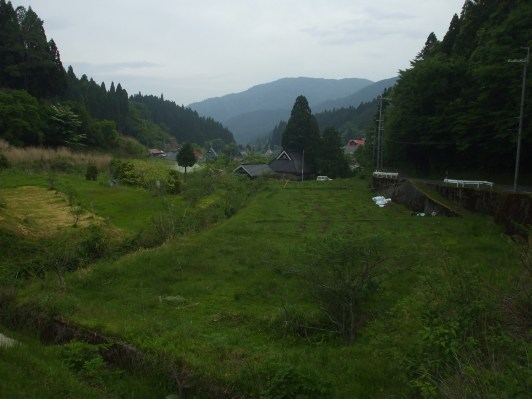 Entering Hanase, from the south end of the village. Note the thatched-straw roof minka to the left