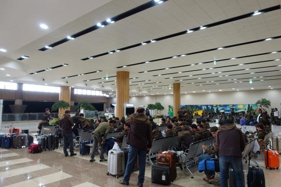金浦空港待合室で訪朝レクチャーを受ける前に待機している訪朝団