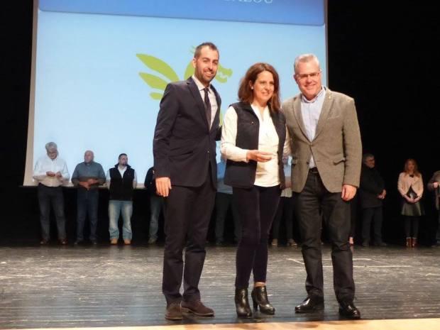 La presidenta, Anna Piñol, recollint el reconeixement al club