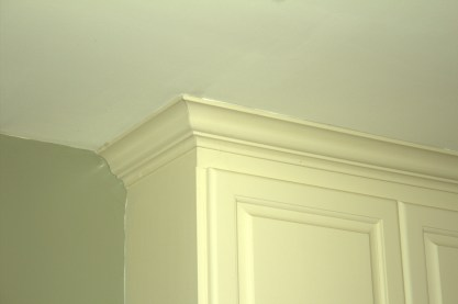 Crown molding fitted perfectly to the ceiling throughout the kitchen.