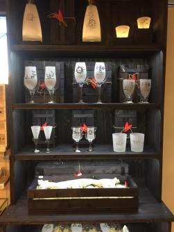 Glas och karaffer med olika etsade motiv