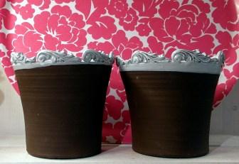Snygga ytterkrukor framför en rosablommig bricka