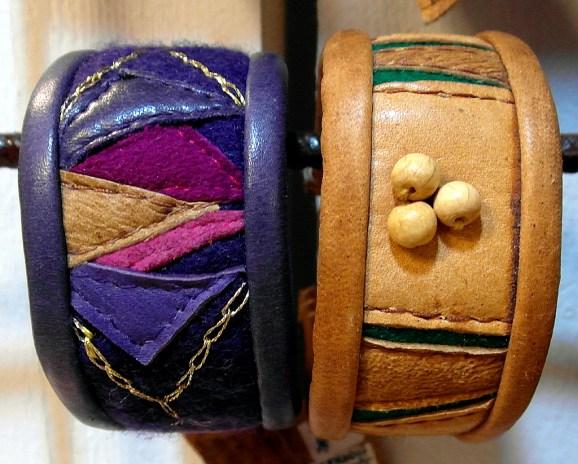 Armband med restbitar av läder och kläde