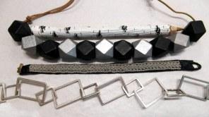 Halsband, armband och en penna