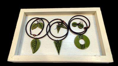 Halssmycken och örhängen i grönt