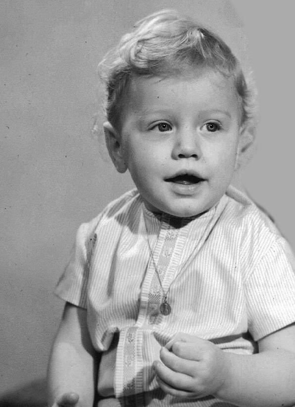 Photo en noir et blanc de Thierry VAN DEN BIL à 1 an souriant blond frisé