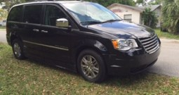 2009 Chrysler Town & Country Limited – Side Entry