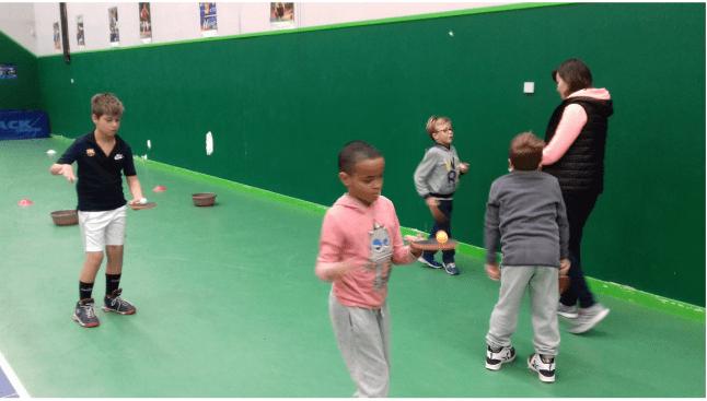 Floriane initie 4 jeunes au tennis de table