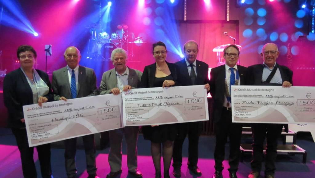 Les représentants des 3 associations très heureux de recevoir 1500 euros par le lions Club de Fougères