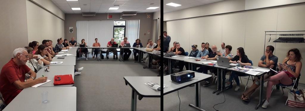 Photo panoramique de la salle de réunion montrant les personnes présentes