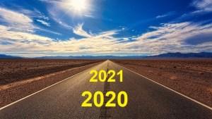 Une route en ligne droite sur laquelle figurent le nombre 2020 au premier plan puis 2021 en arrière plan