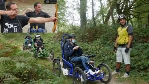 Montage photo de fauteuil Tout terrain pratiqué en forêt avec 2 stagiaires tirant à l'arc 2