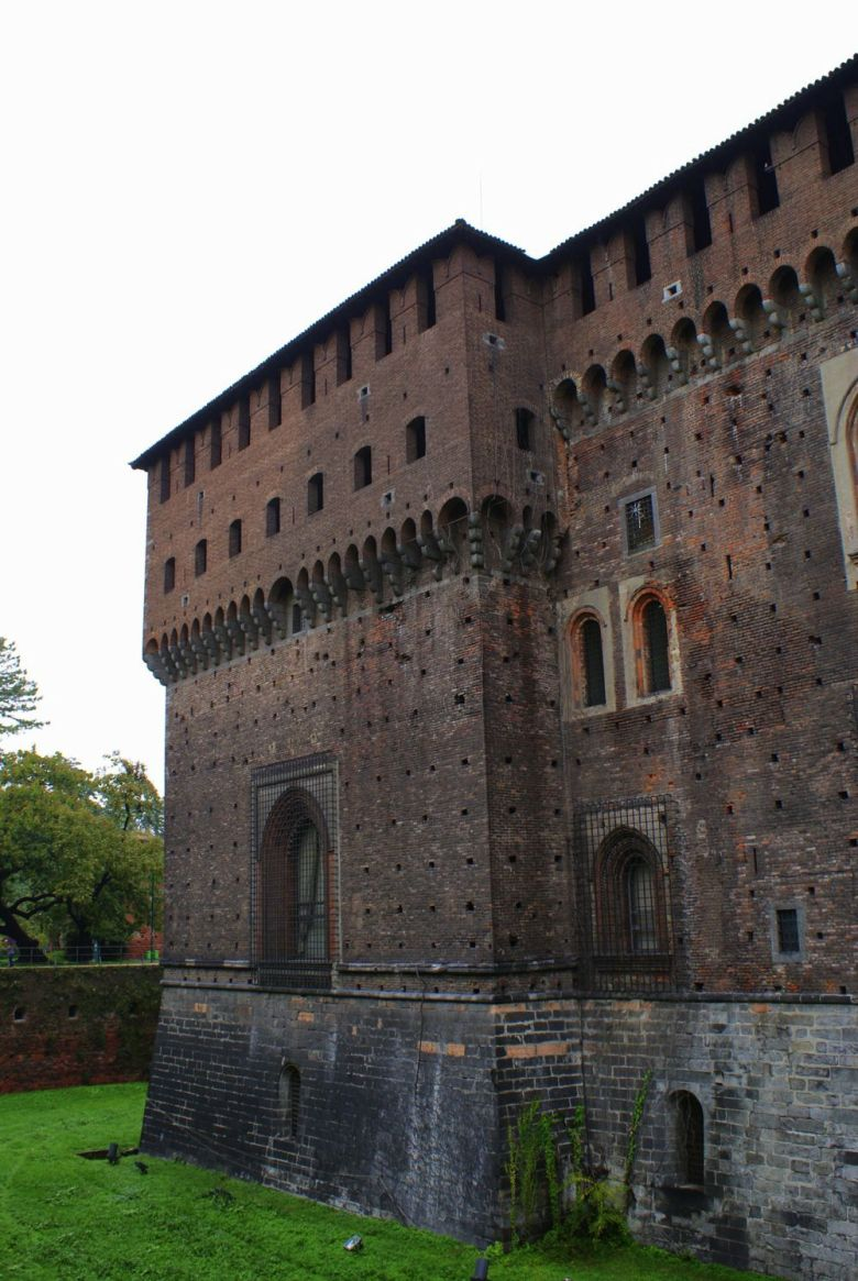 5 things to see when you visit Milan Duomo di Milano (Milan Cathedral) Galleria Vittorio Emanuele II Sforza Castle Parco Sempione Milan Architecture (2)