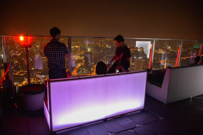 Take A Peek Into The Highest Outdoor Bar In The World! (14)