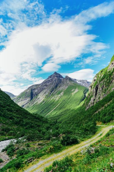 Driving Through The Absolutely Stunning Norangsdalen Valley In Norway (12)