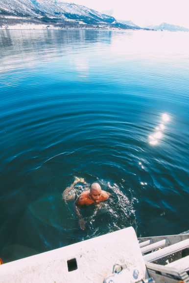 What's It Like To Swim In The Freezing Artic Sea? (39)