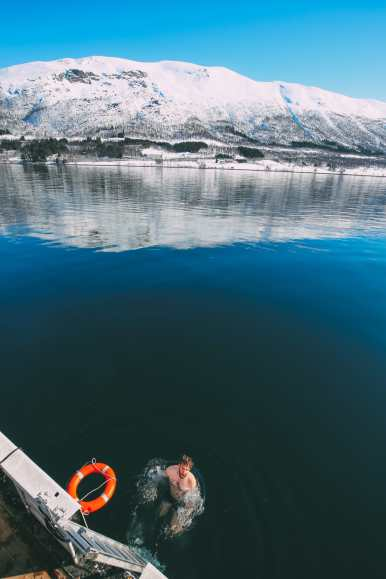 What's It Like To Swim In The Freezing Artic Sea? (42)
