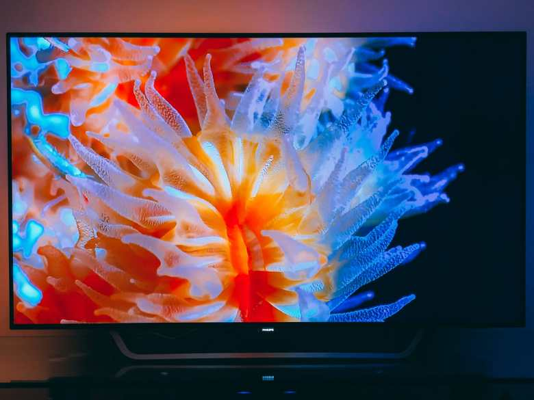 7 Reasons Why It's Great To NOT BeTravelling... And Instead, Be At Home! Philips OLED 4K TV (3)