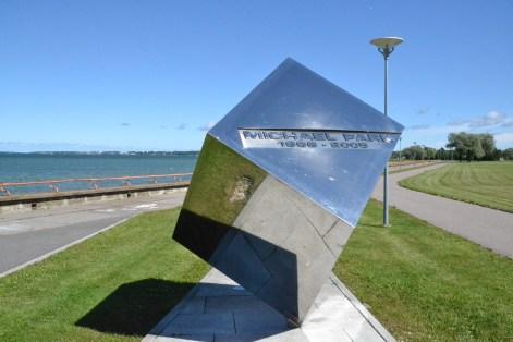 Denkmal für den britischen Rallyefahrer Michael Park, Beifahrer des estnischen Rallyepiloten Markko Märtin. Park verunglückte 2005 tödlich bei einem Unfall, den Märtin unverletzt überlebte.