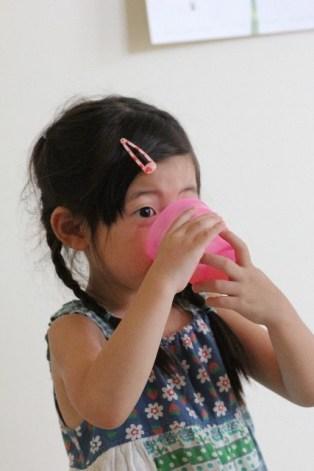 ジュースを飲む女の子