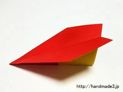 折り紙で簡単な飛行機を作った