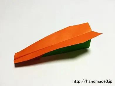 折り紙でやり飛行機を折った