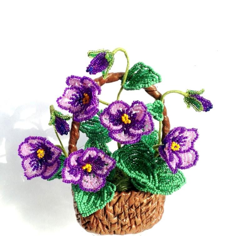 Цветы в корзине из бисера фото