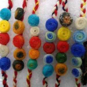 Мартеници за ръка с вълнени топчета