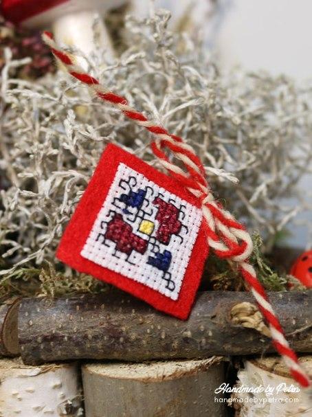 Мартеница за ревер в синьо и червено - handmadebypetra.com