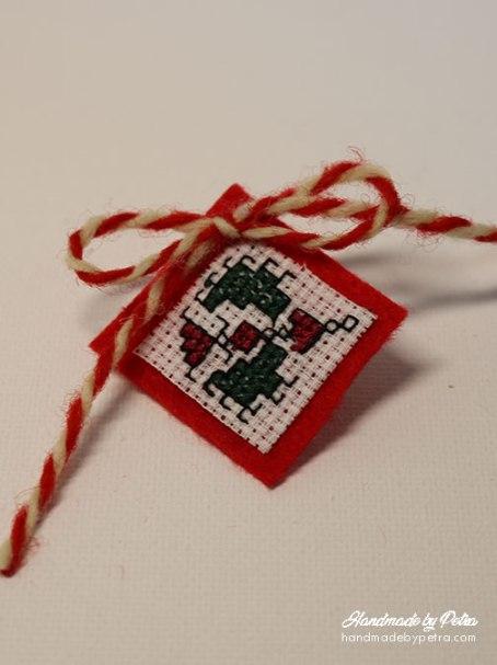 Мартеница за ревер в зелено и червено - handmadebypetra.com