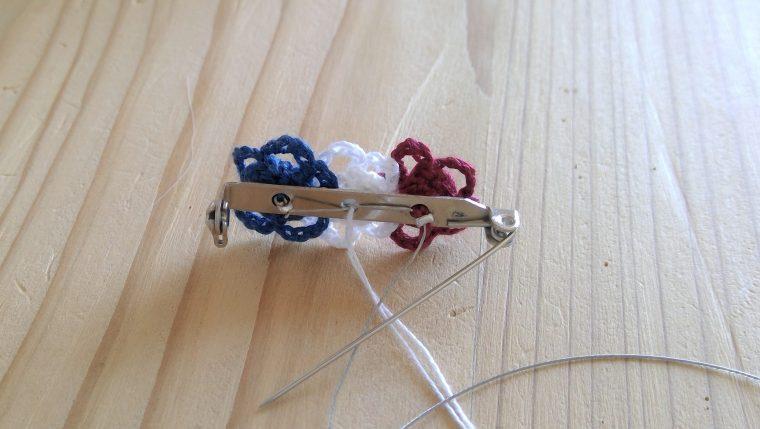 デイジーモチーフを並べてつなぐだけ!レース編みブローチの出来上がり♪