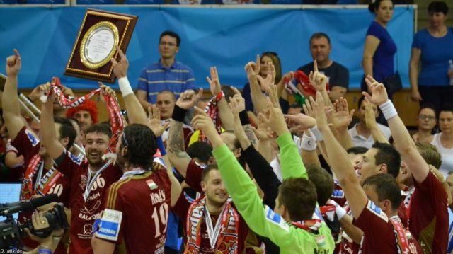 Les joueurs de Veszprém fêtant le 24ème titre de l'histoire du club sur le terrain de Szeged.