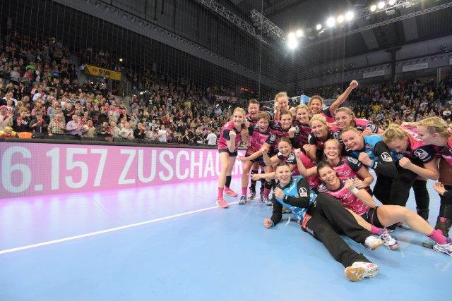 Handball 1. HBF Frauen   TuSies Metzingen vs. TV Nellingen // 2016-12-30 // Foto: Baur/ Eibner-Pressefoto Jubel TuSies // Zuschauerrekord mit 6.175 Zuschauern