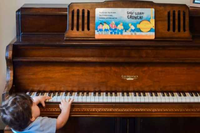 This super simple musical storytelling activity takes no set up and is great for busy toddlers. This 1 year old is getting curious about the piano and the story.