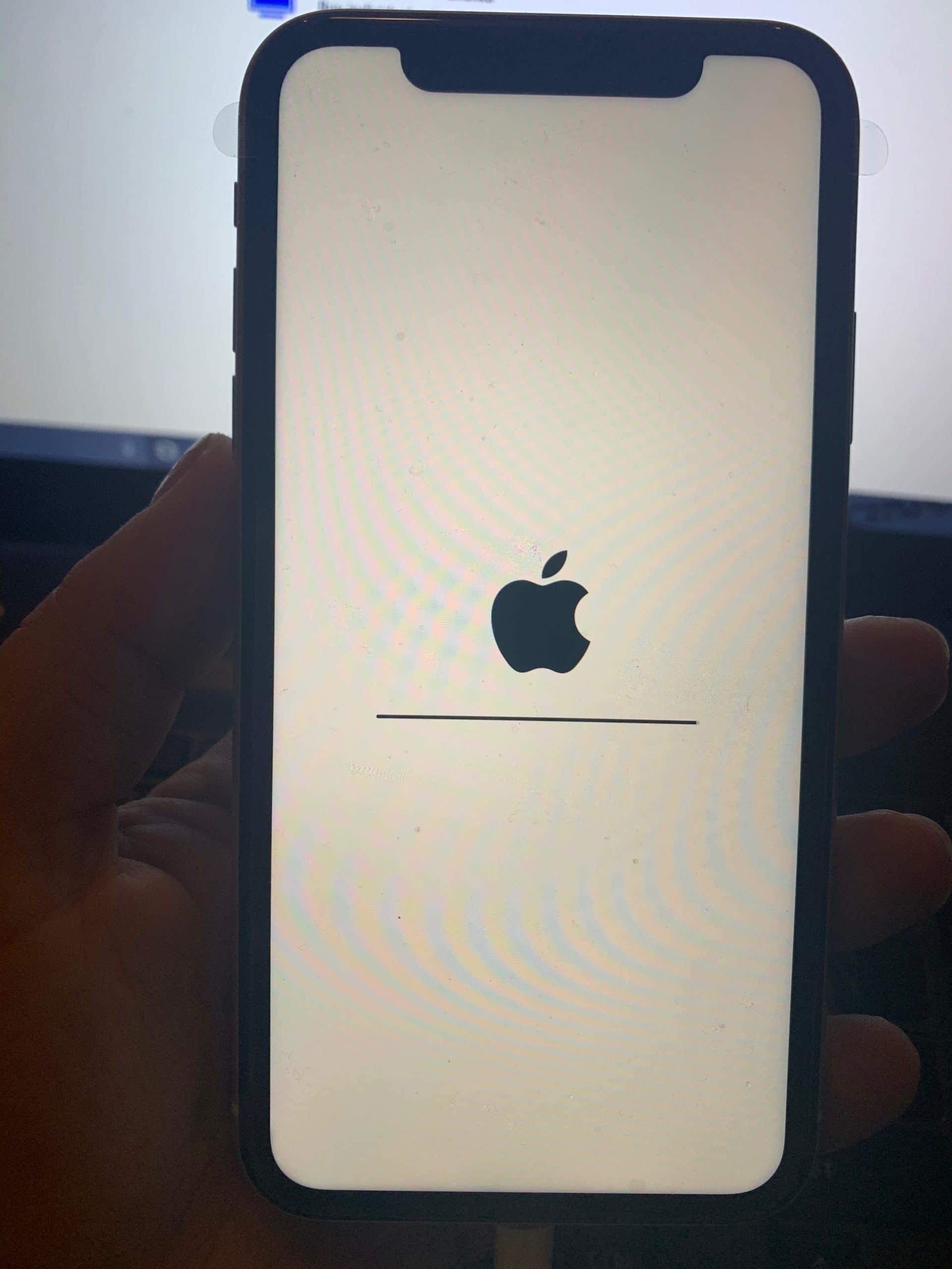 iPhone 11 hängt beim Logo