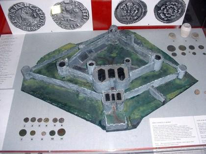 Castell Aberystwyth a detholiad o ddarnau arian a gynhyrchwyd yn y Bathdy Brenhinol